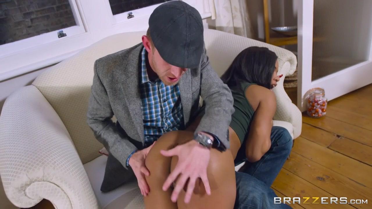 Ebony Tranny Sucks White Dick
