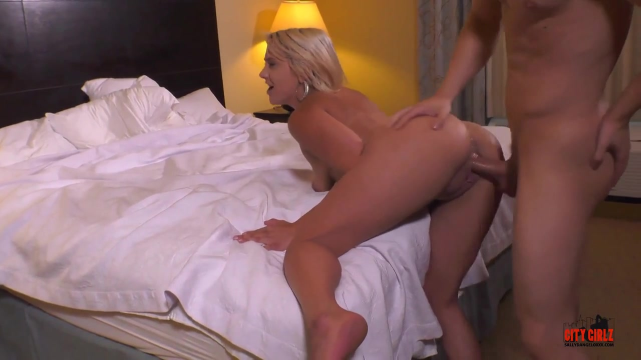 Amateur Blonde Hotel Threesome